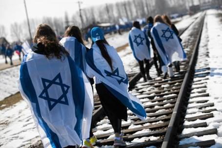 Israeli teens walk Auschwitz